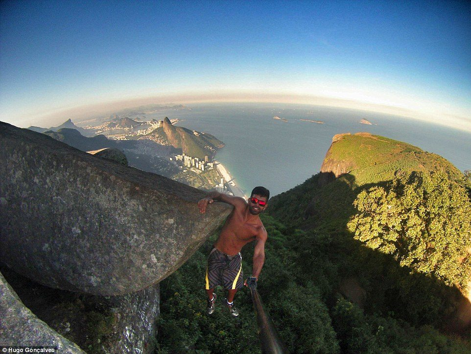 335CCE7200000578-3546181-Hugo_Gon_alves_grins_as_he_hangs_of_the_cliff_with_one_arm_using-a-55_1461155357824
