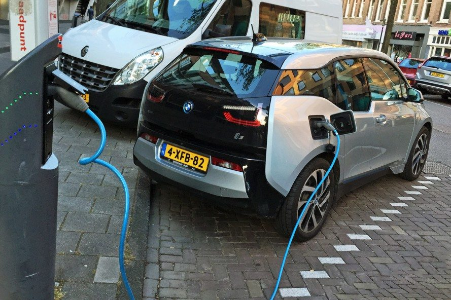 Netherlands-Electric-Cars-889x592