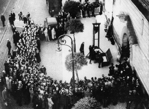 Justice, Capital Punishment, France, pic: 17th June 1939, The scene at St, Pierre Prison at Versailles as murderer Eugen Weidmann is about to be executed by guillotine in front of a large crowd (Photo by Popperfoto/Getty Images)